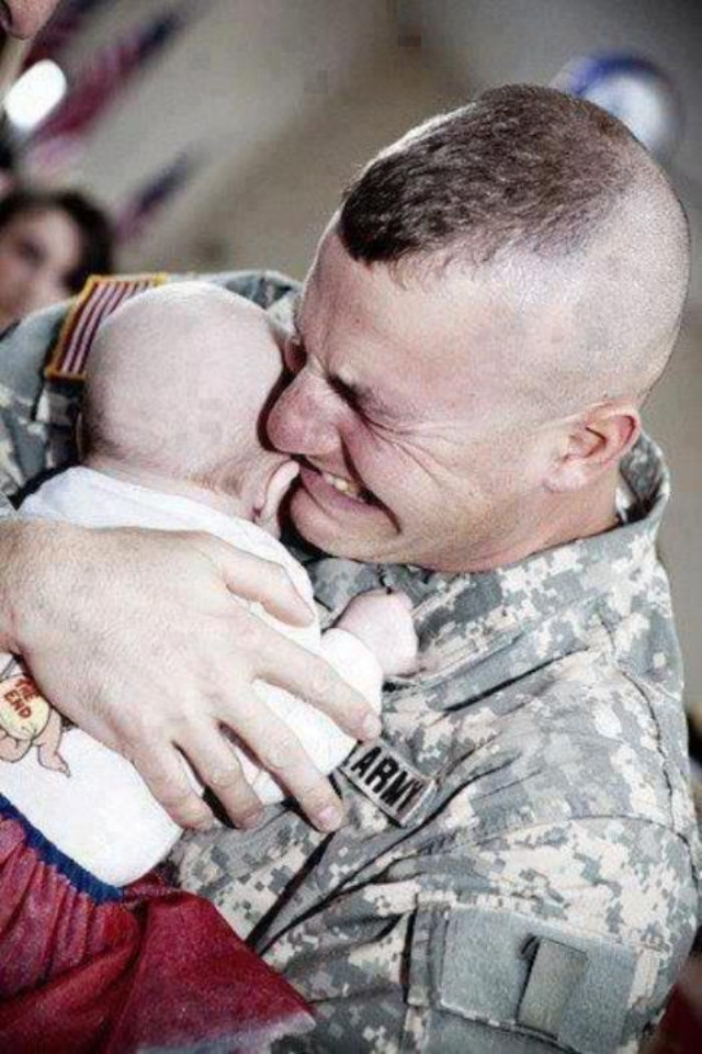 a-touching-moment-a-u-s-army-soldier-meeting-his-baby-for-the-first-time-after-returning-from-iraq